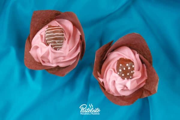 Cupcake decorado crema y fresas de chocolate