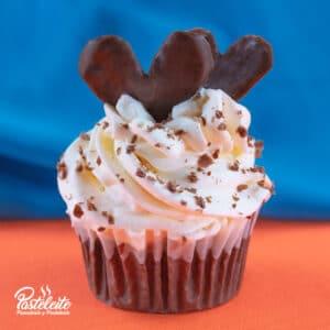 Cupcakes decorado con crema y corazónchocolate
