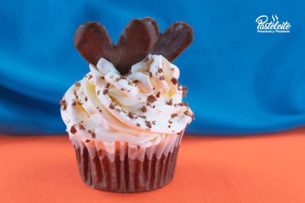 Cupcakes decorado crema y corazón de chocolate