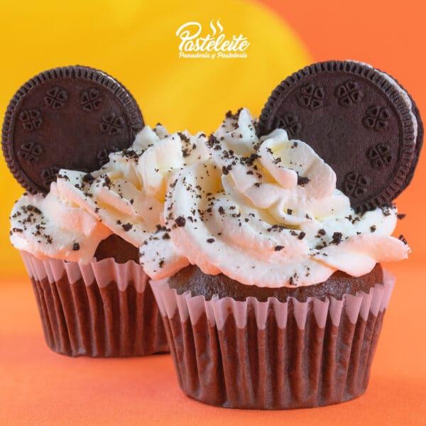 Cupcake decorado crema y galleta de chocolate